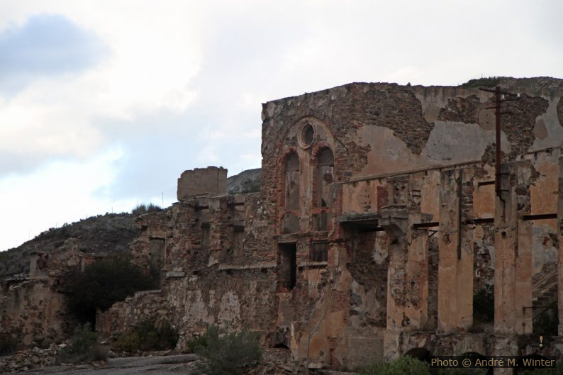 Façade classiciste industrielle des mines de Naracauli