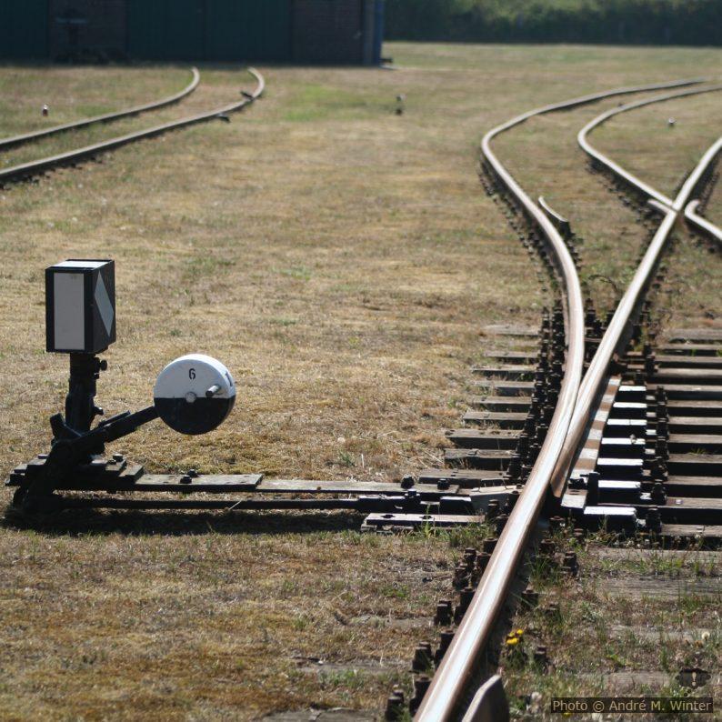 Mechanische Eisenbahnweiche mit Handstellgewicht und Weichensignal