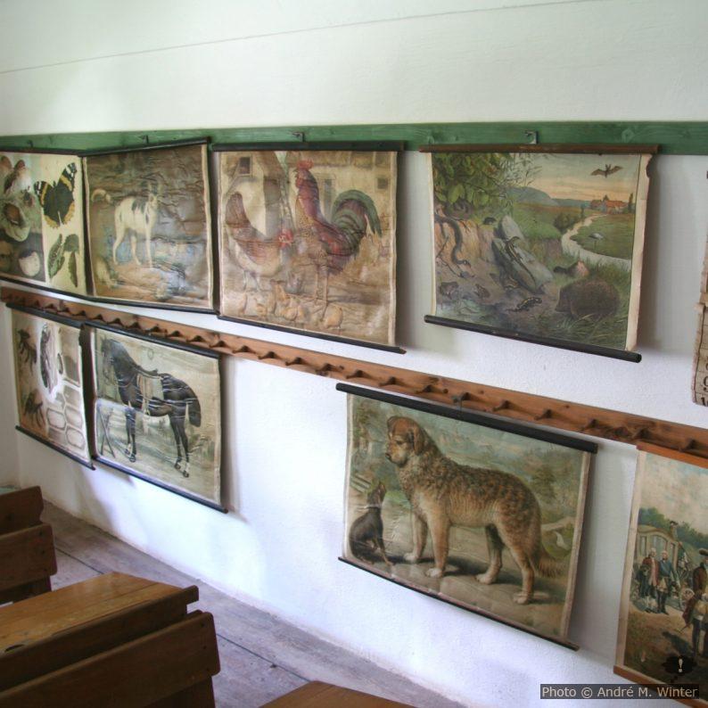 Bildtafeln in altem Klassenzimmer
