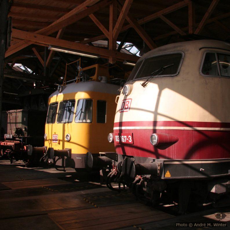 Loks und Regelturmtriebwagen im Lokschuppen der Lokwelt Freilassing