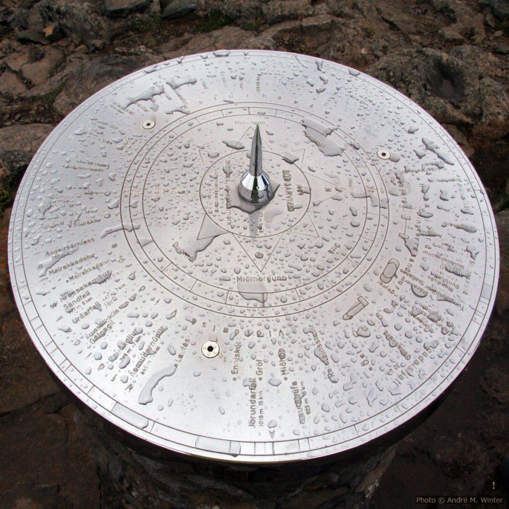 Avec ce cadran an inox et sa pointe au centre on pourrait viser et identifier les montagnes, si on les voyait mieux (forte pluie).