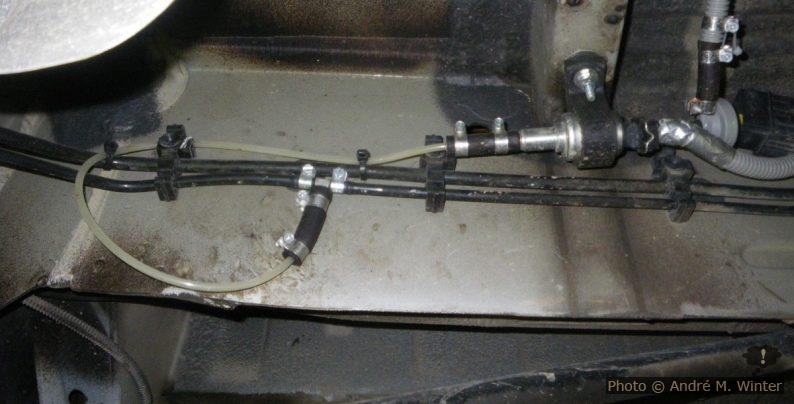 Das einzusetzende T-Stüch (5-6mm Aussendurchmesser) sieht man zwischen den zwei glänzenden Schellen. Die Verzweigung erfolgt an der Dieselrückfuhrleitung! Die Pumpe wird mit einer mitgelieferten gummierten Schelle montiert, an der Stelle gibt es ein Loch im Holm, aber keine Blindmutter o. ä. dahinter.