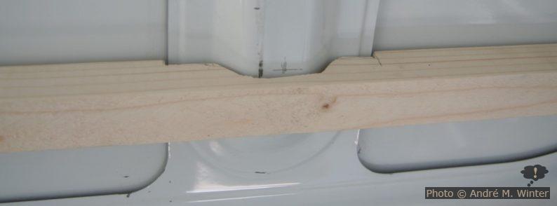 Holzinnenrahmen umfasst Blechverstärkungen.