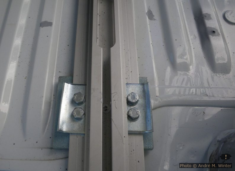 Das Langloch oben dient dem Einsetzen der Bank denn diese passt ohne Zerlegen nicht hinten raus. Hier bleibt auch oft der Bolzen hängen, der in ein anderes Loch sollte.