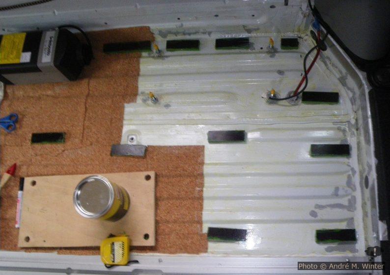 Einkleben der Korkisolierung zwischen den Stützleisten.
