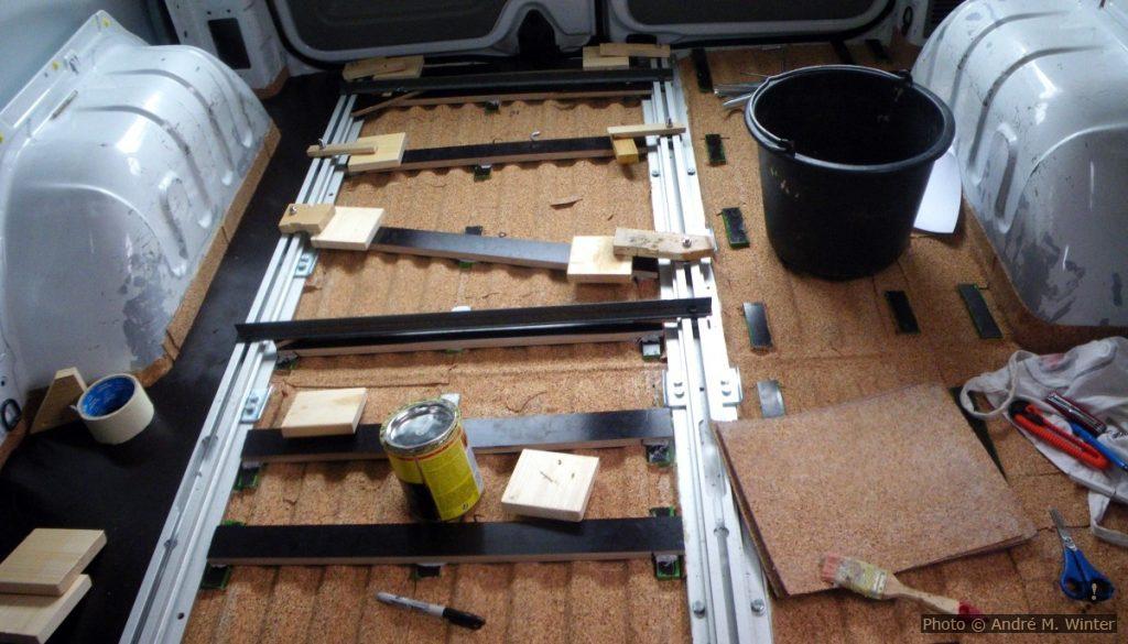 Einkleben der Korkisolierung zwischen den Stützleisten nach dem Isolieren.