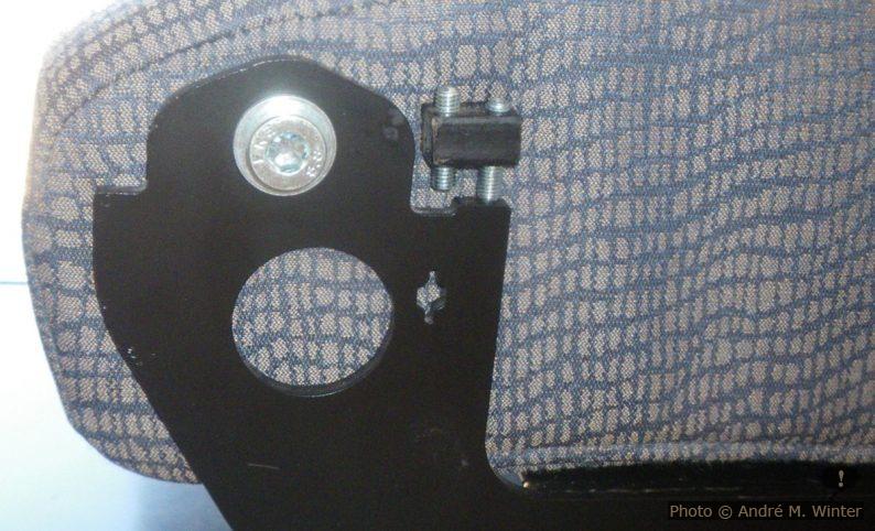 Achse zum Wenden der Sitzfläche Reimo Variotech 333: das Element mit den Justierschrauben arretiert die Sitzfläche in beiden Positionen. Im unverkleideten Zustand sind diese Eisenkanten eine echte Verletzungsgefahr. Dummerweise liefert Reimo nur eine Blende für die Beifahrerseite, nicht aber für die Fahrerseite wo normalerweise die Küchenzeile anschliesst.