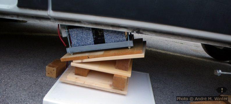 Aufbocken der Zweitbatterie unterm Renault Trafic