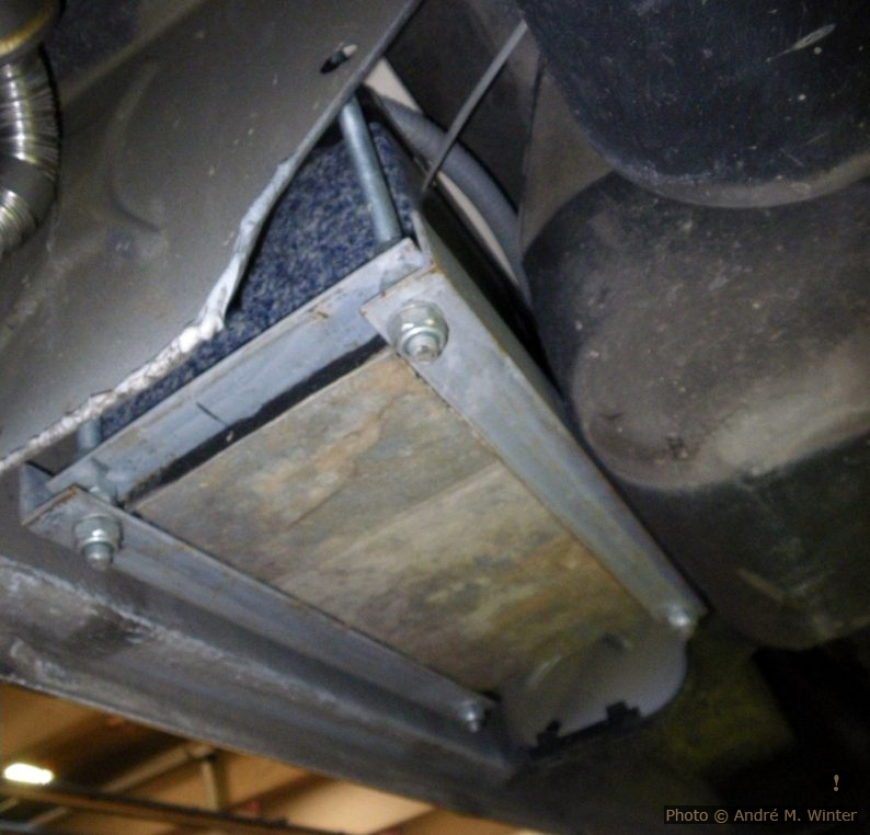 Oben rechts der schwarze Tank. Hin zur Aussenwand bleibt ein Loch, das gut 60x20x2cm gross ist. Hier habe ich die Zweitbatterie verstaut, sie ist von der Wageninnenseite nach oben geschraubt. Das Einführen der Gewindestangen mit der schweren 80Ah-Batterie drauf ist etwas mühsam, aber so oft macht man das nicht.