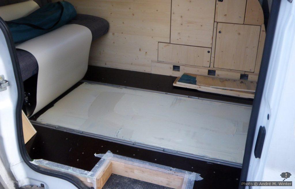 Aufkleben des PVC-Bodens.