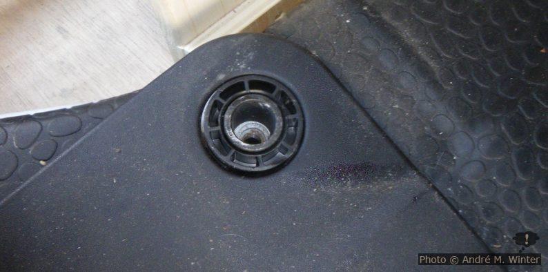 Plastikzylinder in der versenkten Schraubfassung der Vordersitze am Renault Trafic.