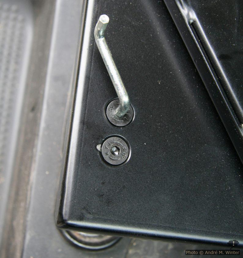 Anschrauben der Drehkonsole zwischen Sockel und Sitzschienen des Renault Trafic.