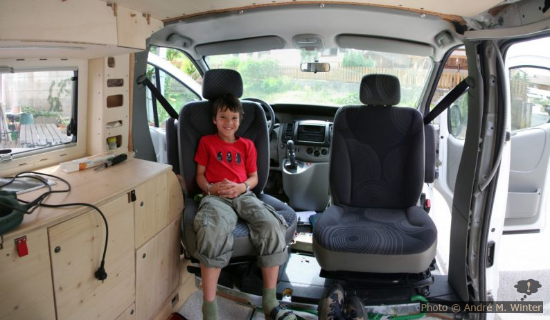 Eingebaute Drehkonsolen im Renault Trafic. Der Fahrersitz kann nicht zur Gänze gedreht werden, das hätte zu gravierende Nebenwirkungen für das Küchenmöbel gehabt.