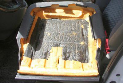 Unterseite der gelöste Sitzfläche beim Renault Trafic.