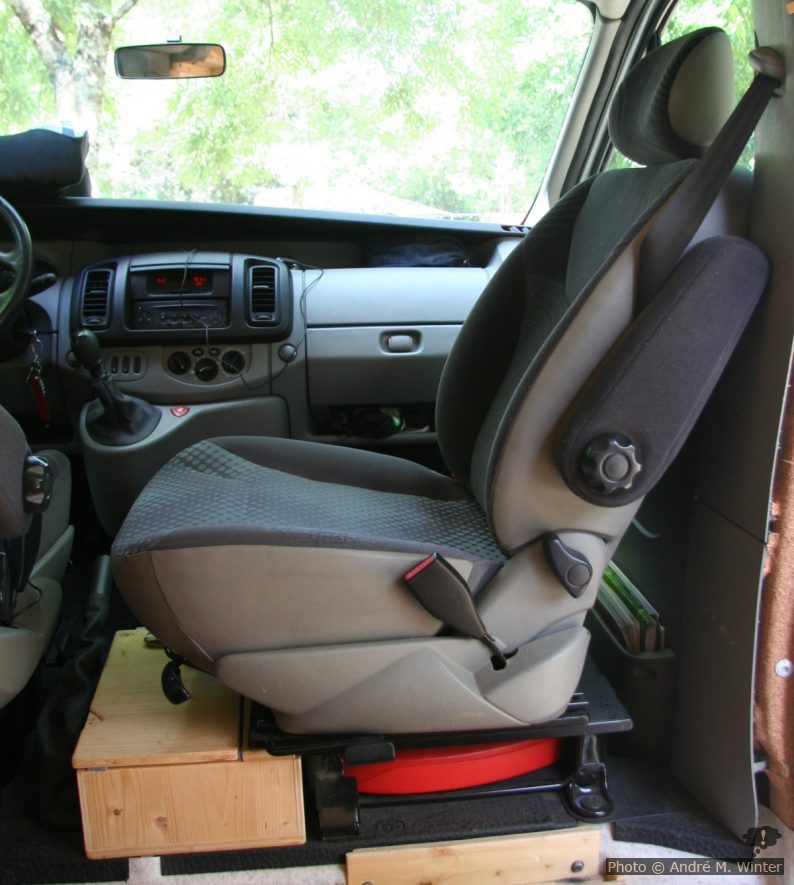 Beifahrersitz um 90° gedreht.