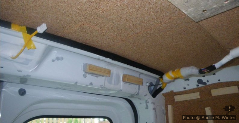 An die Verstrebung über der D-Säule sind vier Leisten mit Sikaflex 11FC geklebt. Hier wird später das hintere Ende des Dachhimmels aus Sperrholz fixiert. Die hintere Leuchte wurde entfernt und kommt später flach in den Dachhimmel aus Sperrholz. Die Kabel sollte man polstern, sonst klappern sie später beim Fahren.