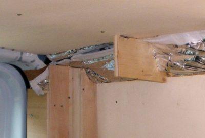 Stauraum unterm Dach und ohne Rückwand.