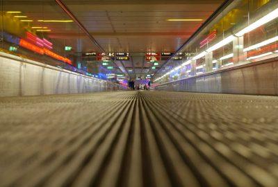 En montant de la gare de banlieue il faut marcher des des longues distances jusqu'au terminal d'embarquement Paris. des travelators accélèrent un peu le pas. L'espace est monotone, on essaie visiblement de l'égayer avec de la lumière colorée.