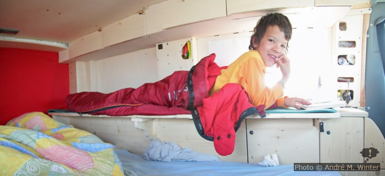 Kind auf  erhöhter Liegefläche am Seitenmöbel