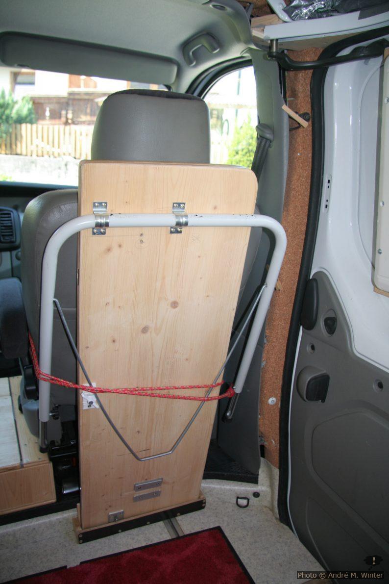 Zusammengeklappter Tisch hinter dem Beifahrersitz