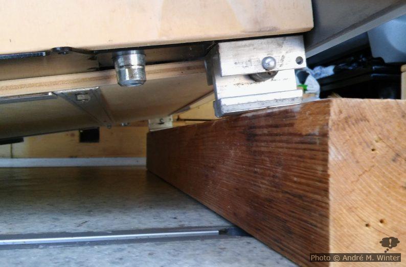 Bild mit aus den Schienen gehobene Reimo-Schlafsitzbank