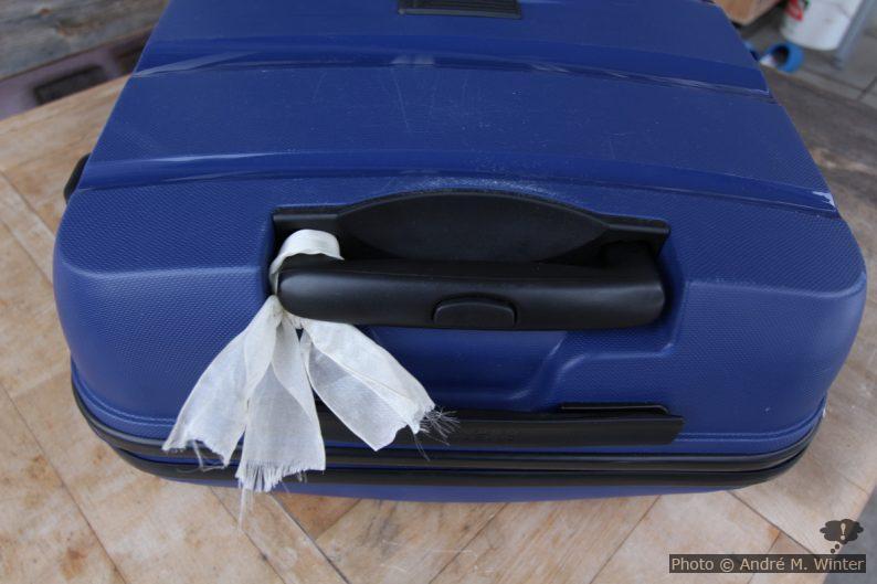 Koffer mit Band zum Wiedererkennen am Fliessband