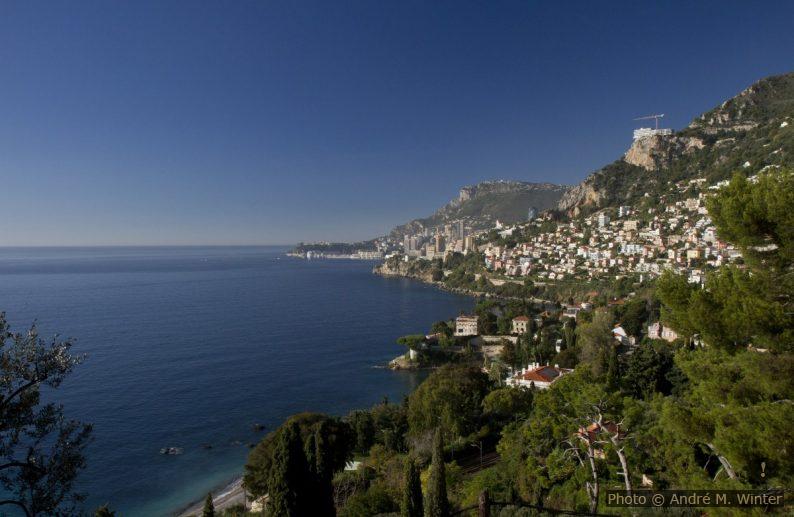 Cabbé et Monaco vus un matin d'automne bien ensoleillé. Photo © Alex Medwedeff