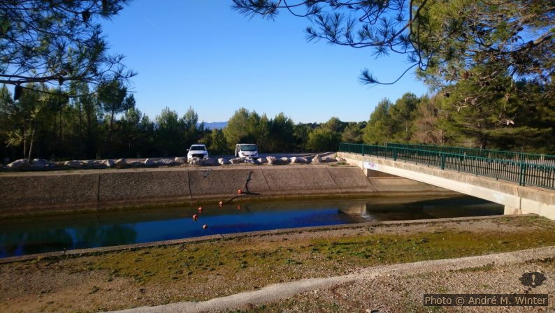 Parking au bord du Canal de Provence
