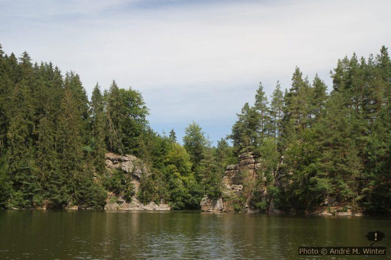 Passage entre rochers sur la branche Purzelkamp du lac Ottensteiner Stausee