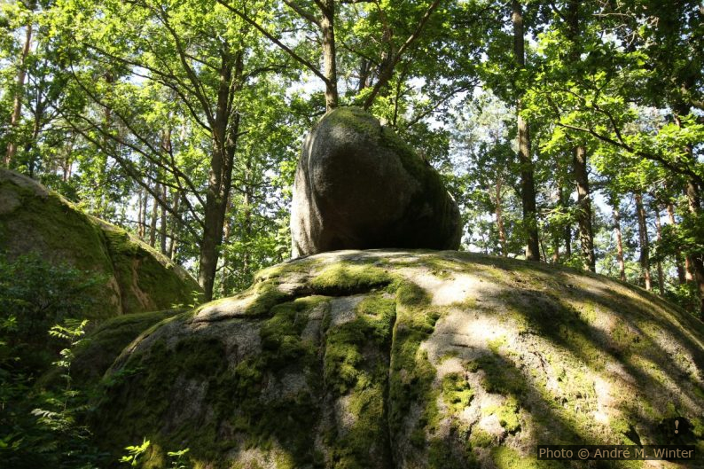 Pierre branlante sur un rocher plus grand à Gmünd