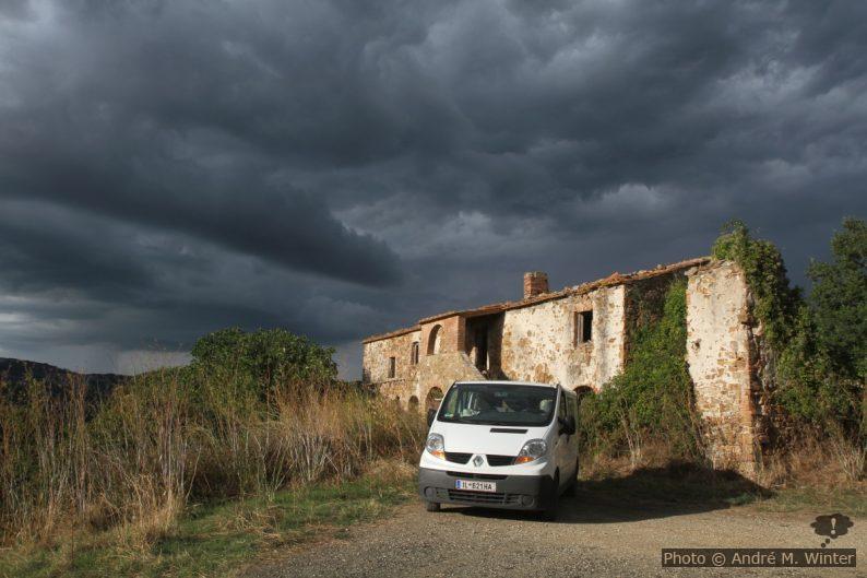 Notre trafic devant la ferme en ruine de Podere il Bagno di Sopra. Photo © Alex Medwedeff