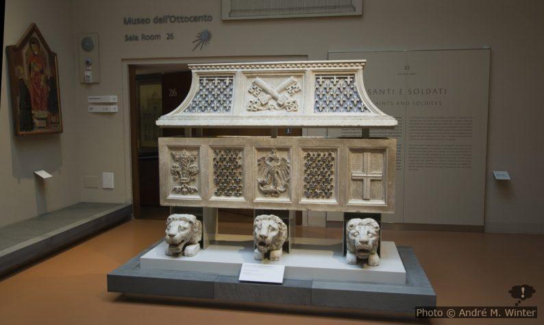Sarcophage romain du 14e siècle et lions de l'époque romaine