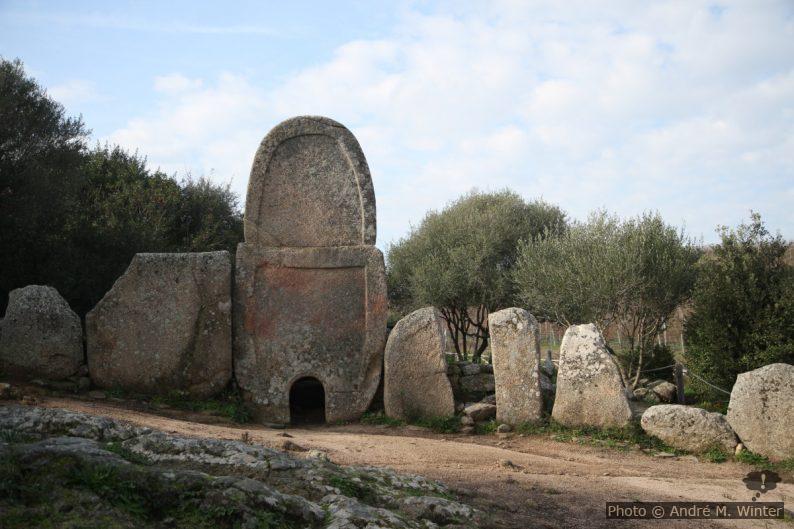 Pierre centrale de la tombe des géants de Coddu Vecchiu
