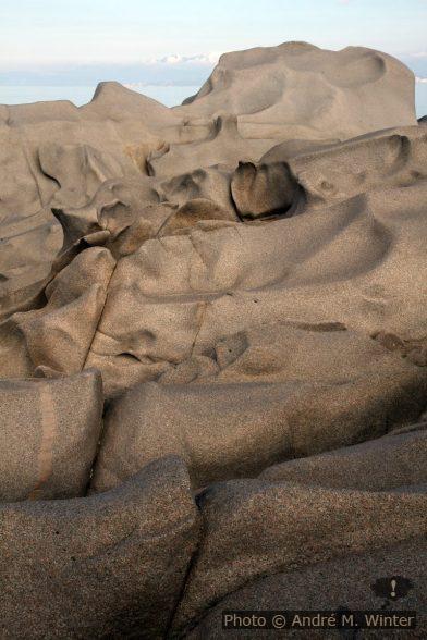 Rochers granitiques érodés au Capo Testa. Photo: Alex Medwedeff