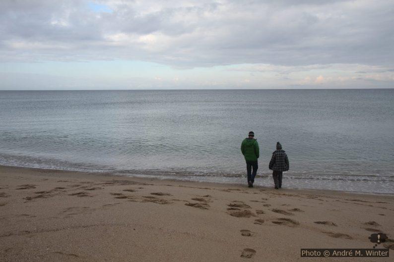 André et Nicolas sur la plage de Badesi en hiver. Photo: Alex Medwedeff