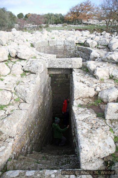 Nicolas et André dans le puits sacré du Santuario nuragico di Santa Vittori