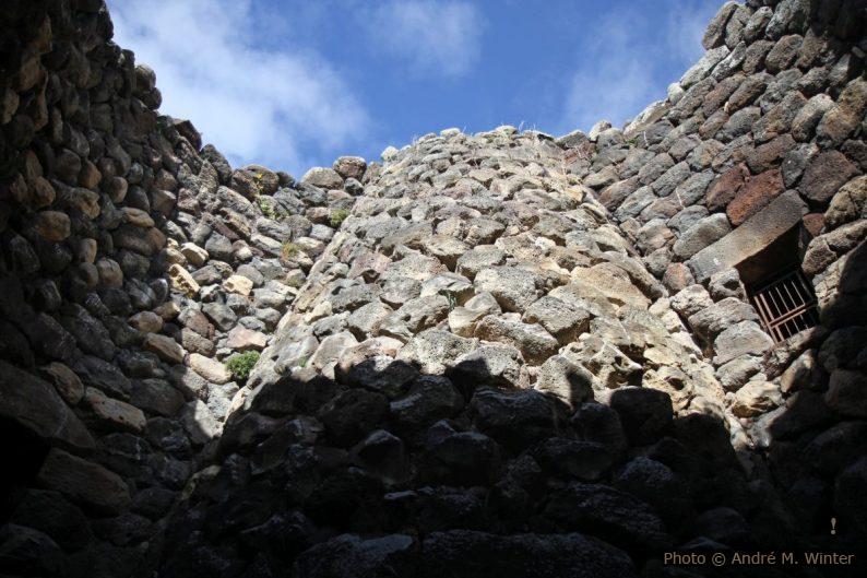 Ouverture de la cour du puits de Su Nuraxi