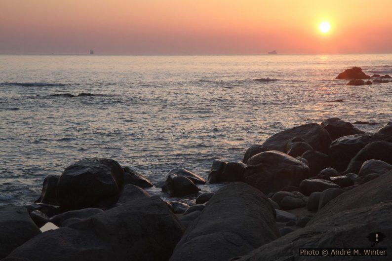 Les rochers de la Praia de Salgueiros au coucher du soleil