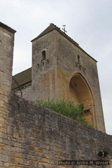 Haute façade de l'église abbatiale de Saint-Amand-de-Coly