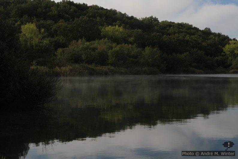 Vapeurs d'eau sur la surface du Lago dell'Accesa