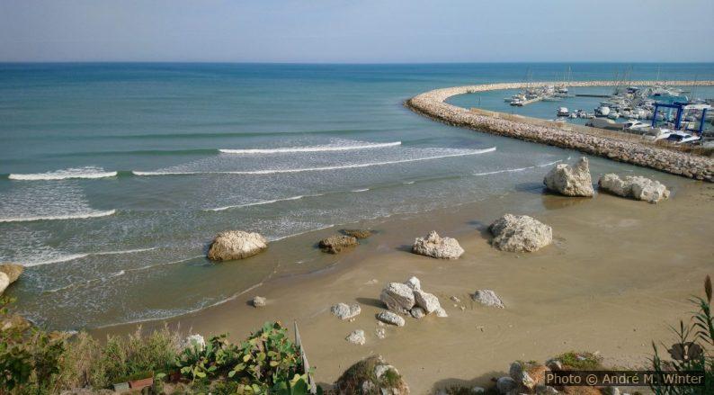 Spiaggia del leone et la jetée curviligne du port de Rodi Garganico