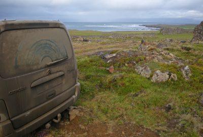Voiture bien sale sur les pistes islandaises sous la pluie
