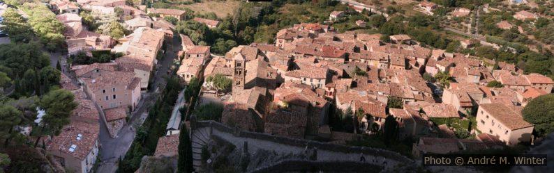 Panorama de Moustiers-Sainte-Marie et chemin montant à Notre-Dame de Beauvoir