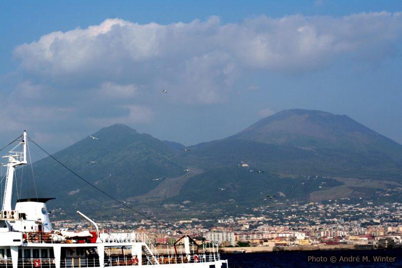 Le Vésuve vu du port de Naples